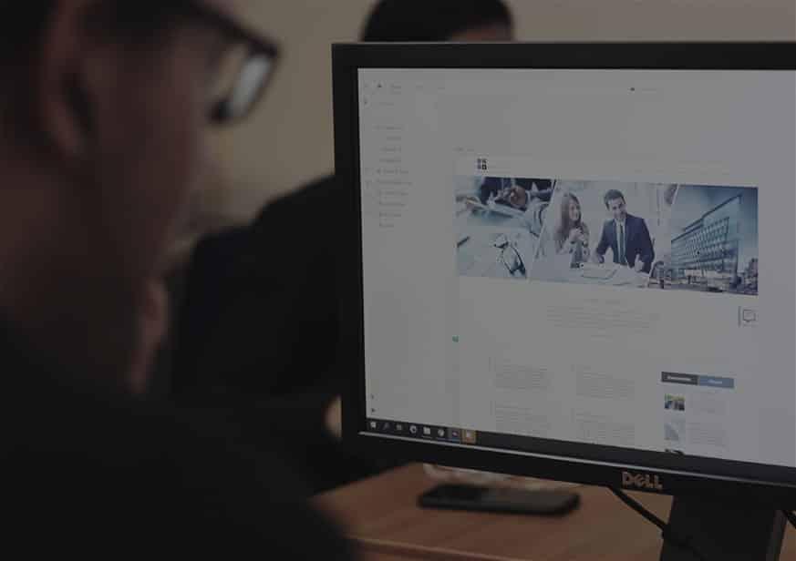 Er wordt een website ontwikkeld op de computer door een werknemer van galileo academy